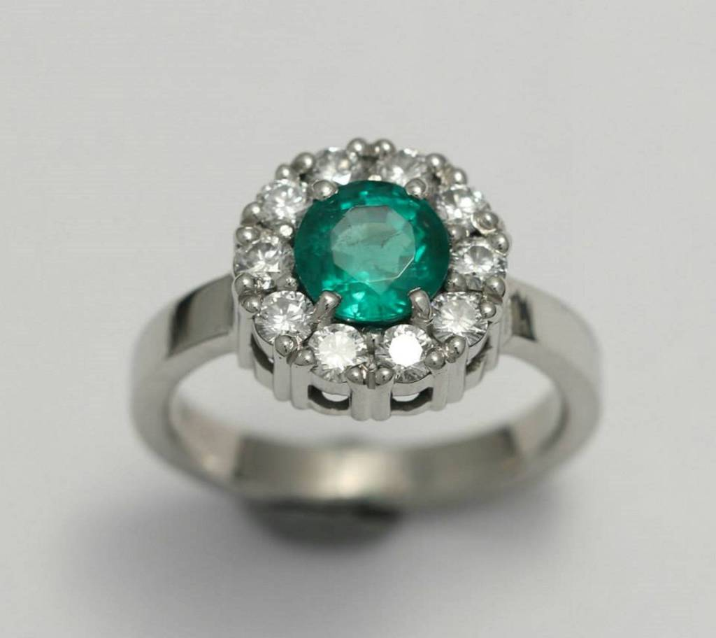 Platina jegygyűrű smaragddal és gyémántokkal 019.
