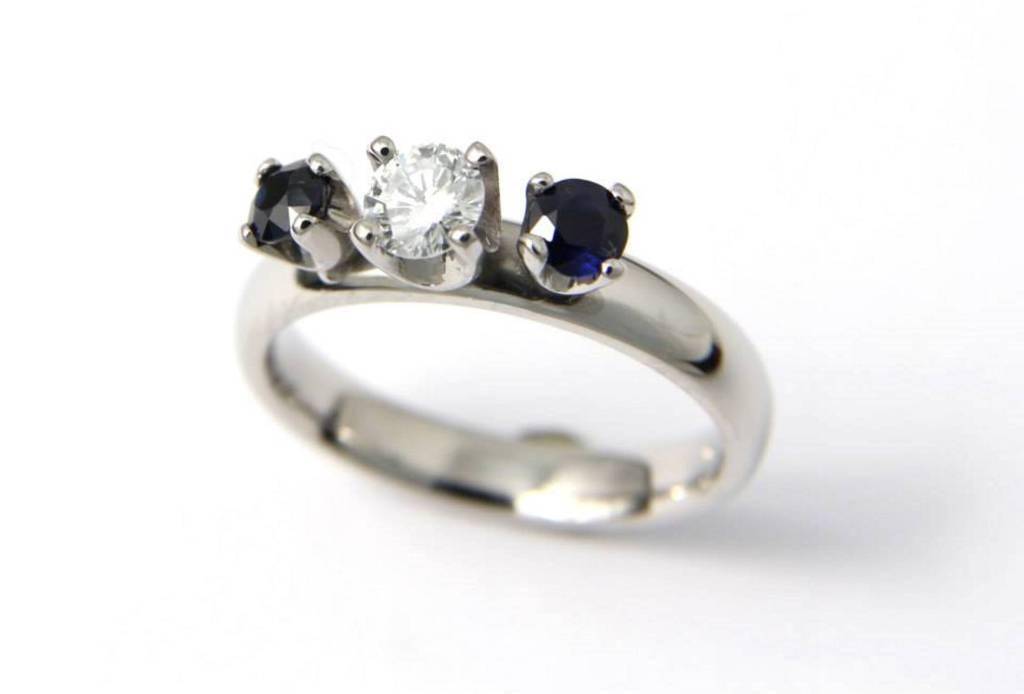 platina jegygyűrű gyémánttal és zafírokkal 018.