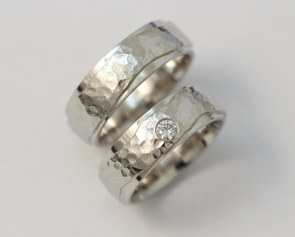 Kalapált platina karikagyűrű gyémánttal 044.