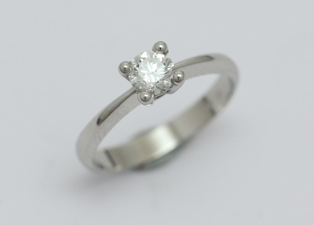 Platina gyűrű gyémánttal 046.