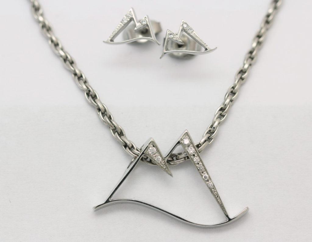 Platina nyaklánc, medál és fülbevaló, gyémántokkal 048.