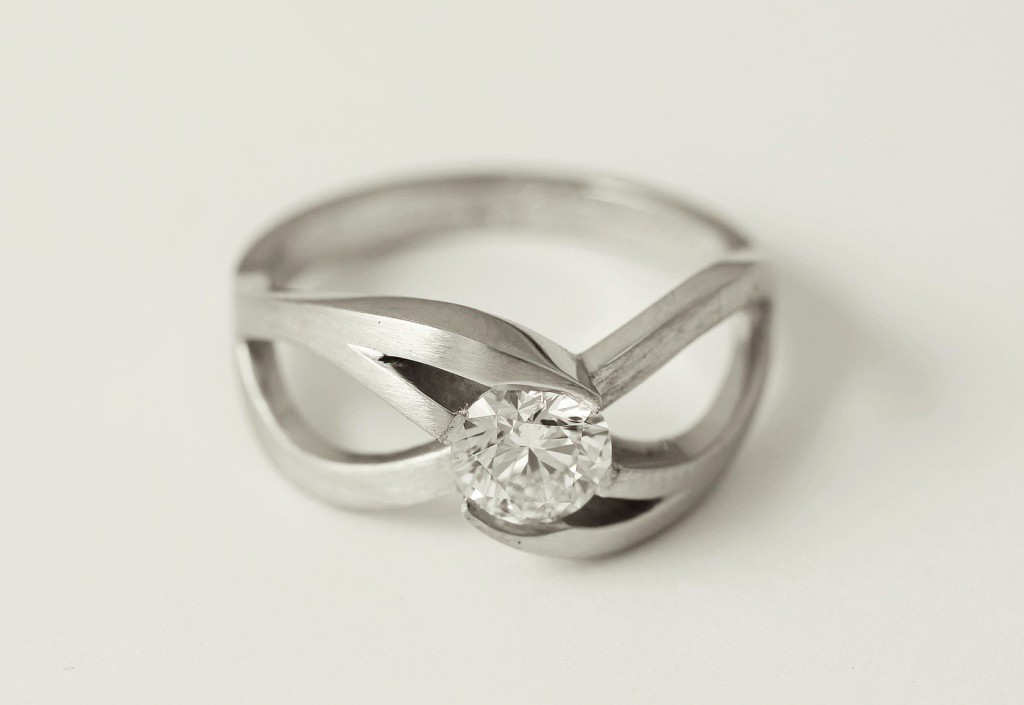 Platina gyűrű gyémánttal 042.