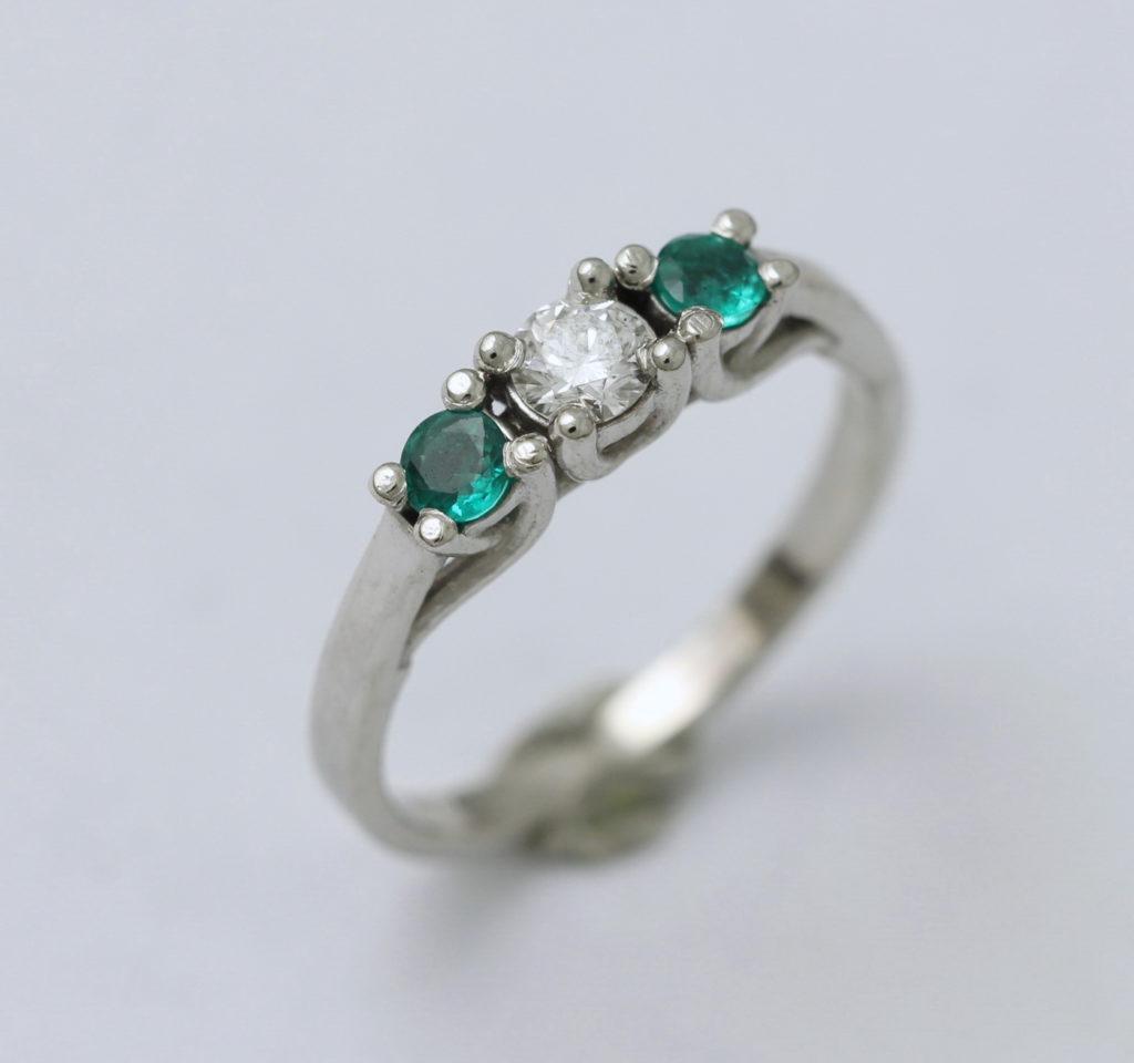 Platina gyűrű, gyémánttal és smaragdokkal 047.