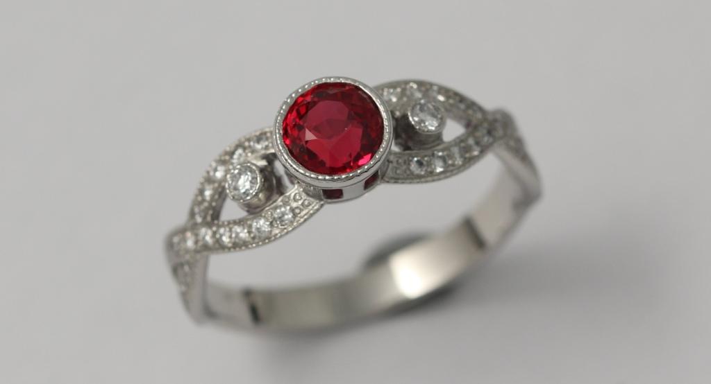 Platina gyűrű rubinnal és gyémántokkal 025.