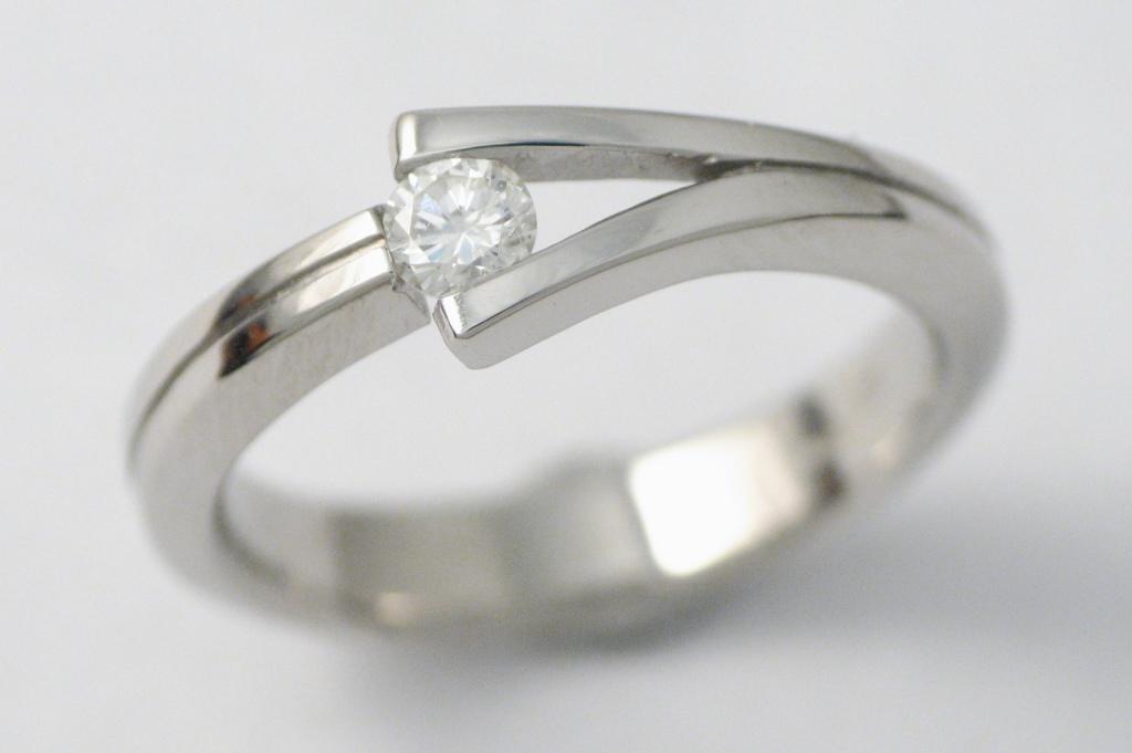 Platina jegygyűrű gyémánttal 031.
