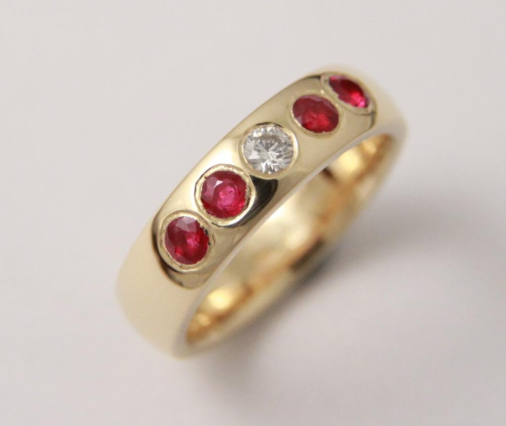 Arany gyűrű, rubinokkal és gyémánttal 052.