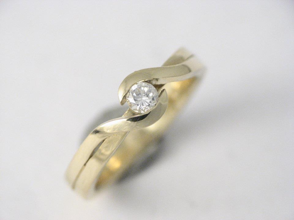 Sárga arany eljegyzésigyűrű gyémánttal 76.