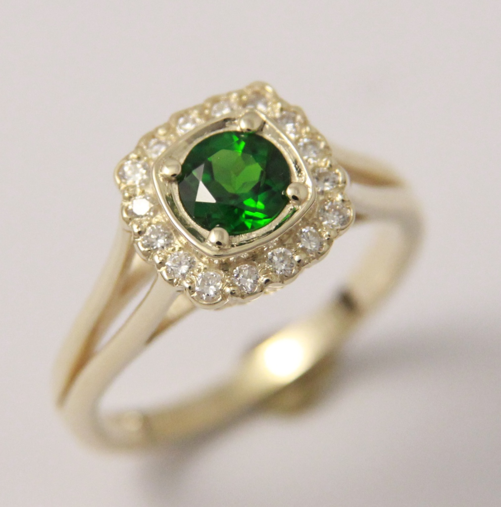 Arany gyűrű smaragddal és gyémántokkal 042.