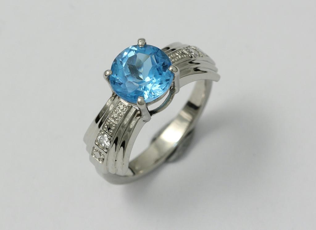 Arany gyűrű topázzal és gyémántokkal 050.