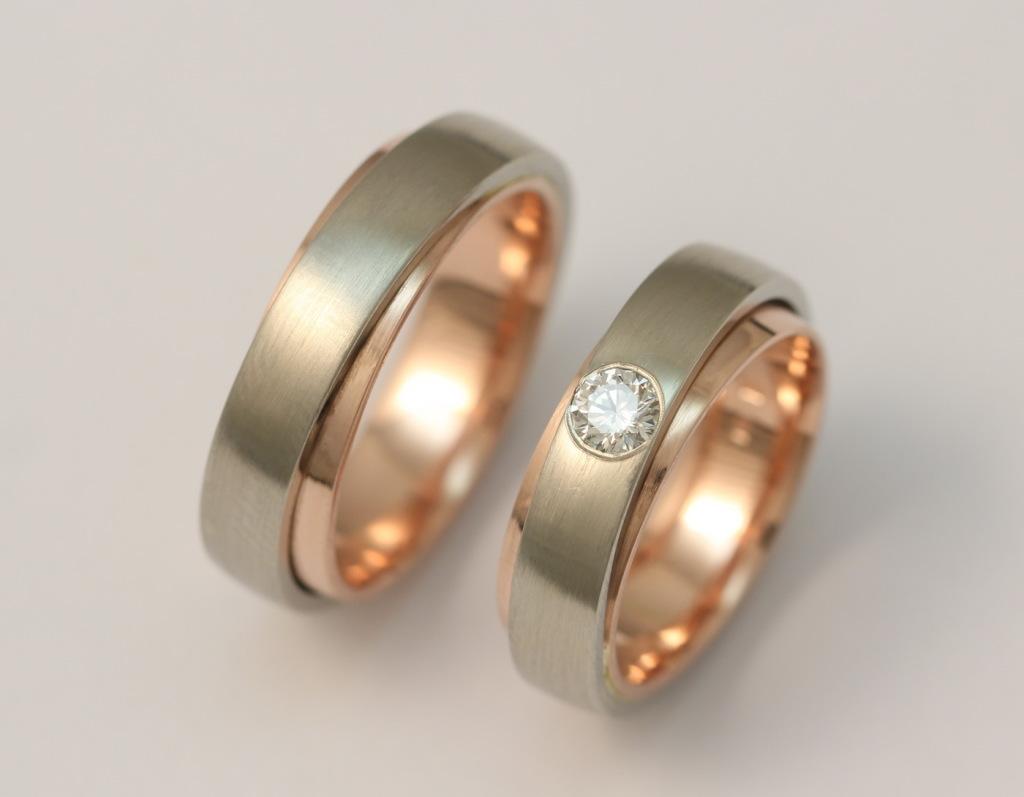 Fehérarany-vörösarany karikagyűrű gyémánttal 081.