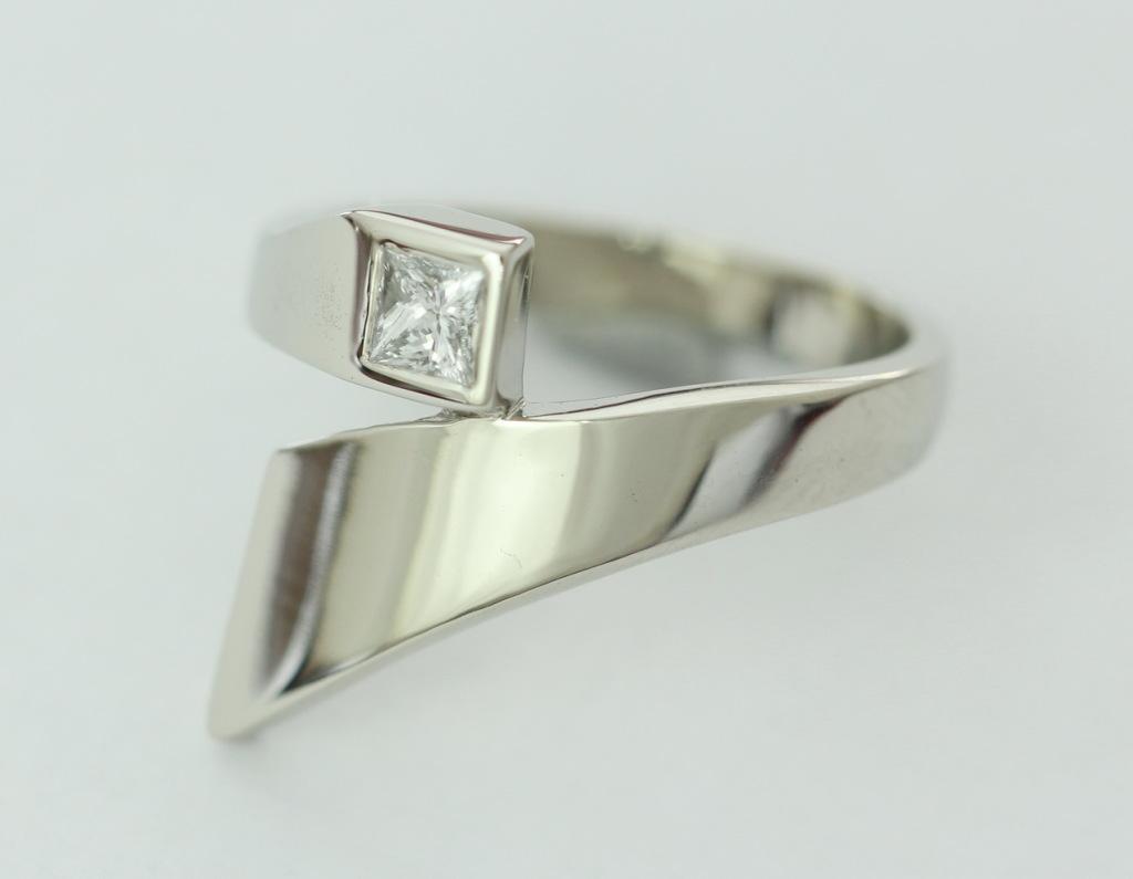 Fehérarany gyűrű, gyémánttal 084.