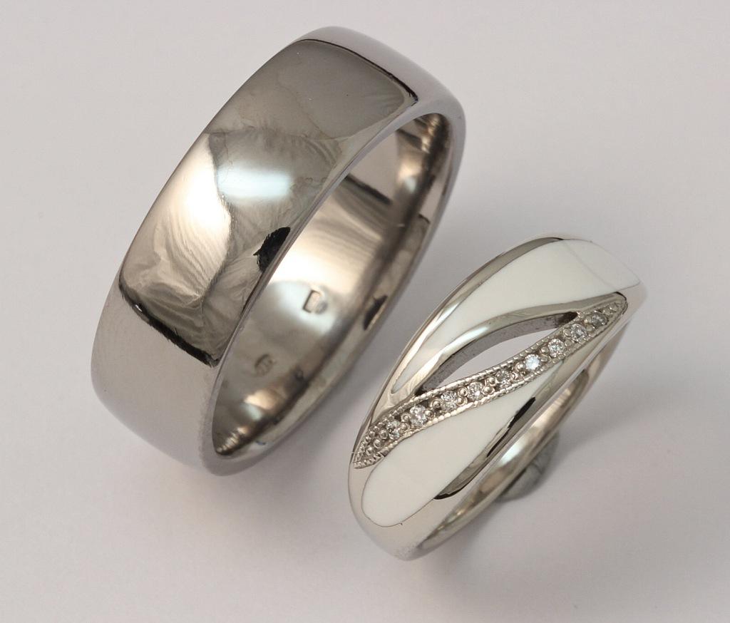 Titán és fehérarany karikagyűrű, kerámiával és gyémántokkal 058.