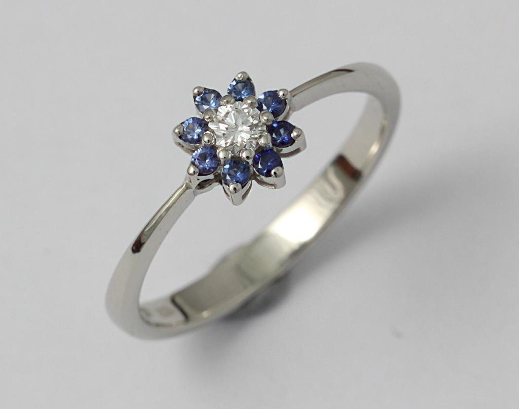 Fehérarany eljegyzésigyűrű, gyémánttal és zafírokkal 064.
