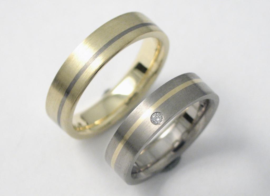 Arany és titán karikagyűrű gyémánttal 043.