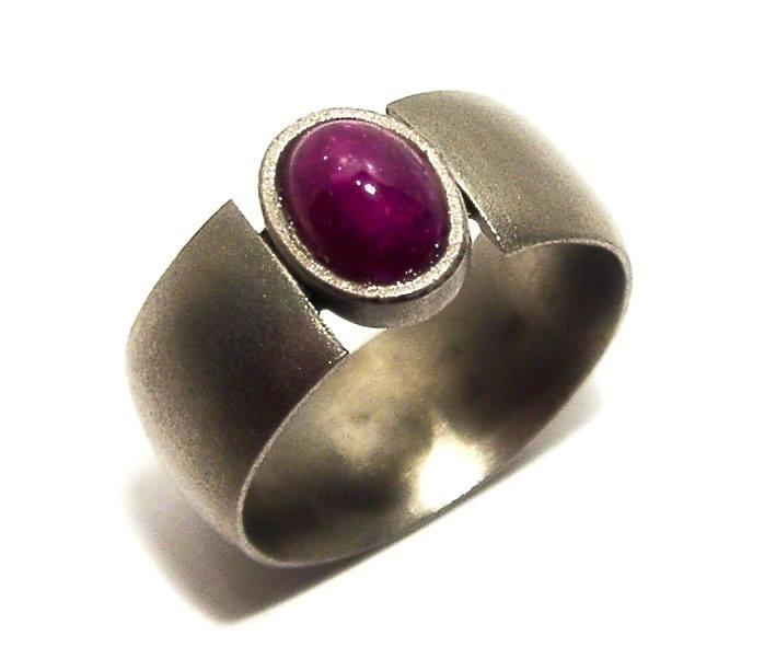 Homokfújt titán gyűrű, rubinnal 150.