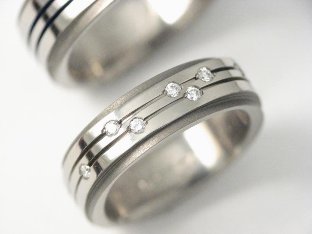 Titán karikagyűrű gyémántokkal 005.