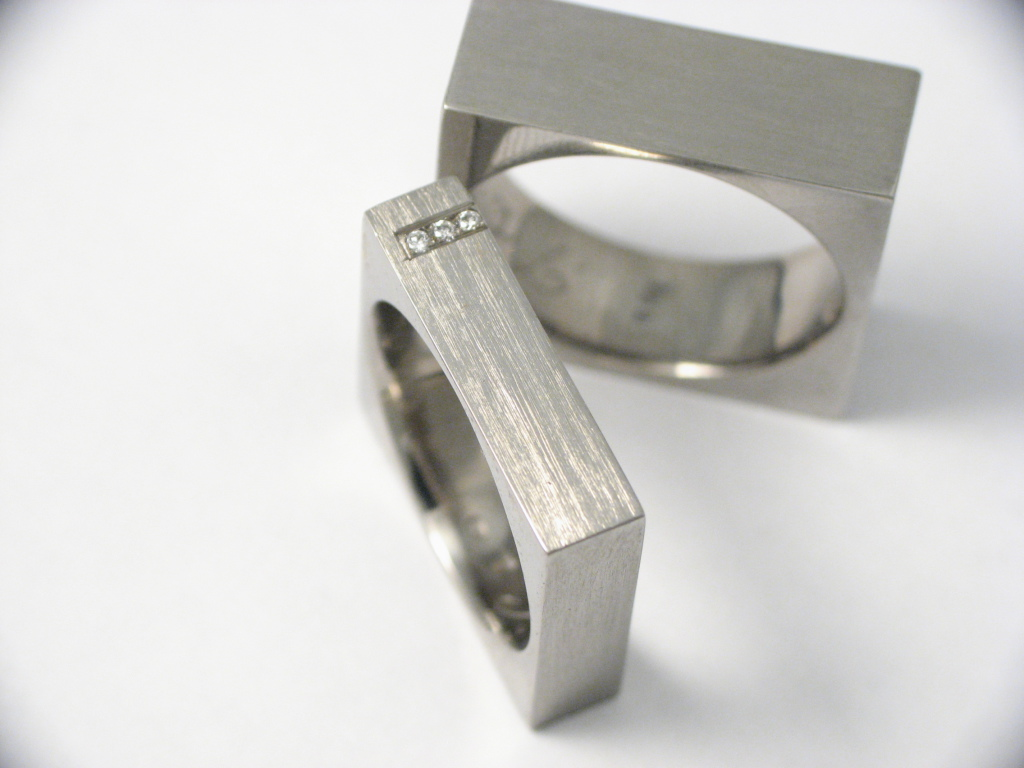Titán karikagyűrű gyémántokkal 007.