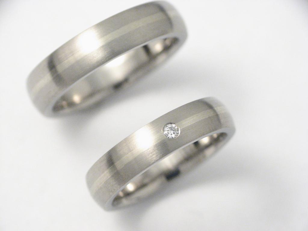 Titán-fehérarany karikagyűrű gyémántal 0016.