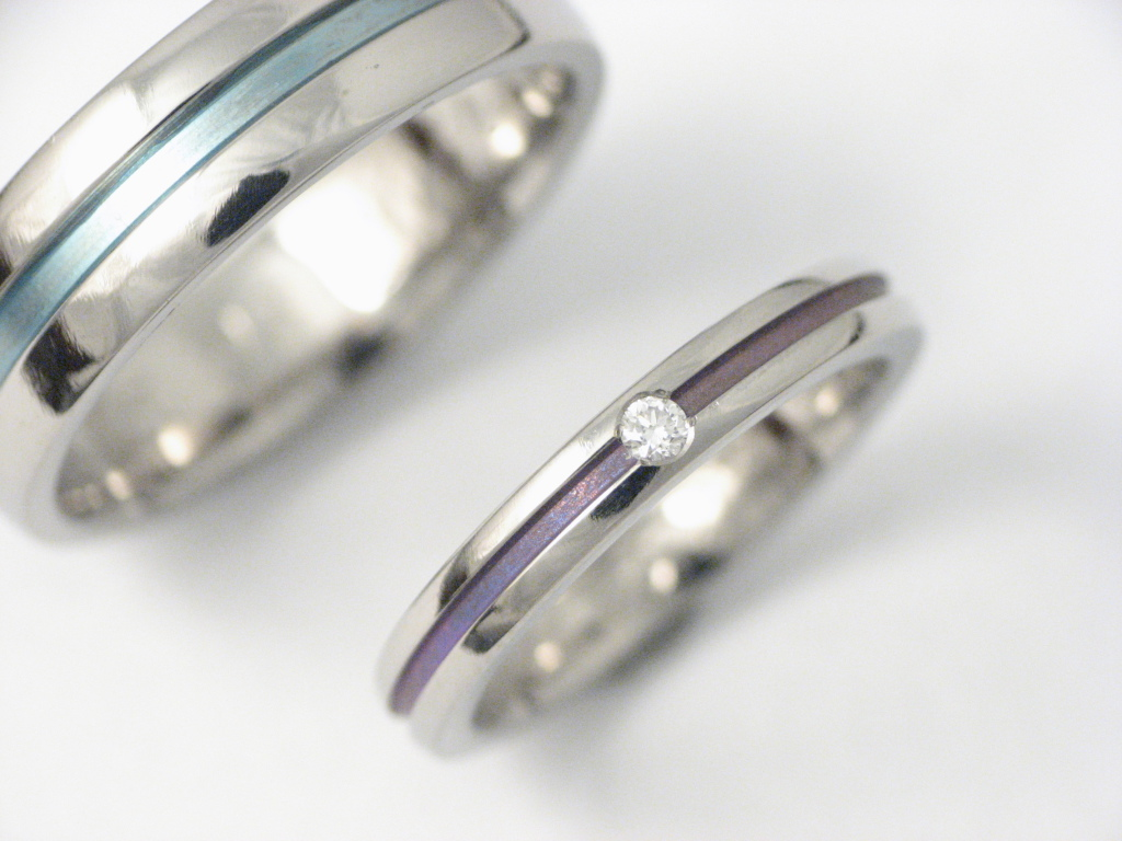 Titán karikagyűrű gyémánttal, színesre oxidálva 025.