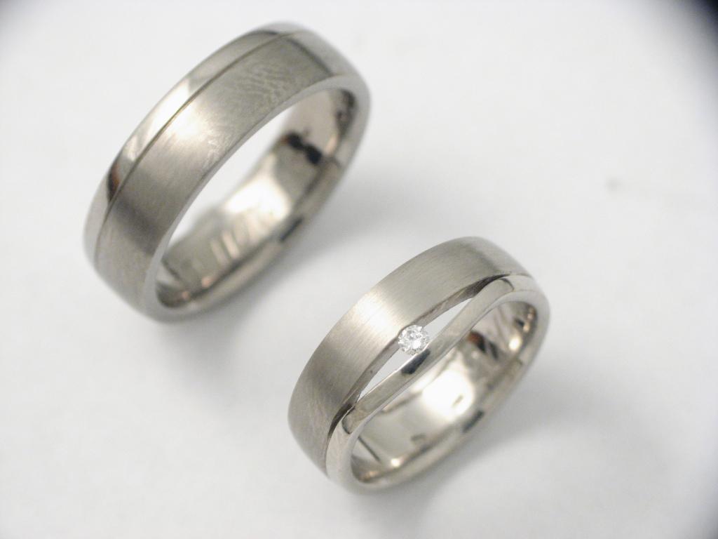 Titán karikagyűrű gyémántokkal 032.