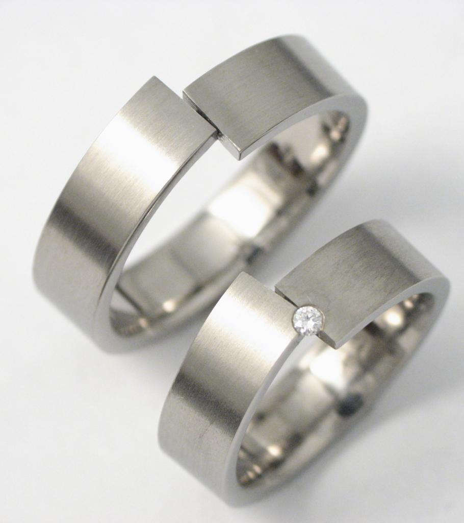 Titán karikagyűrű gyémántokkal 033.
