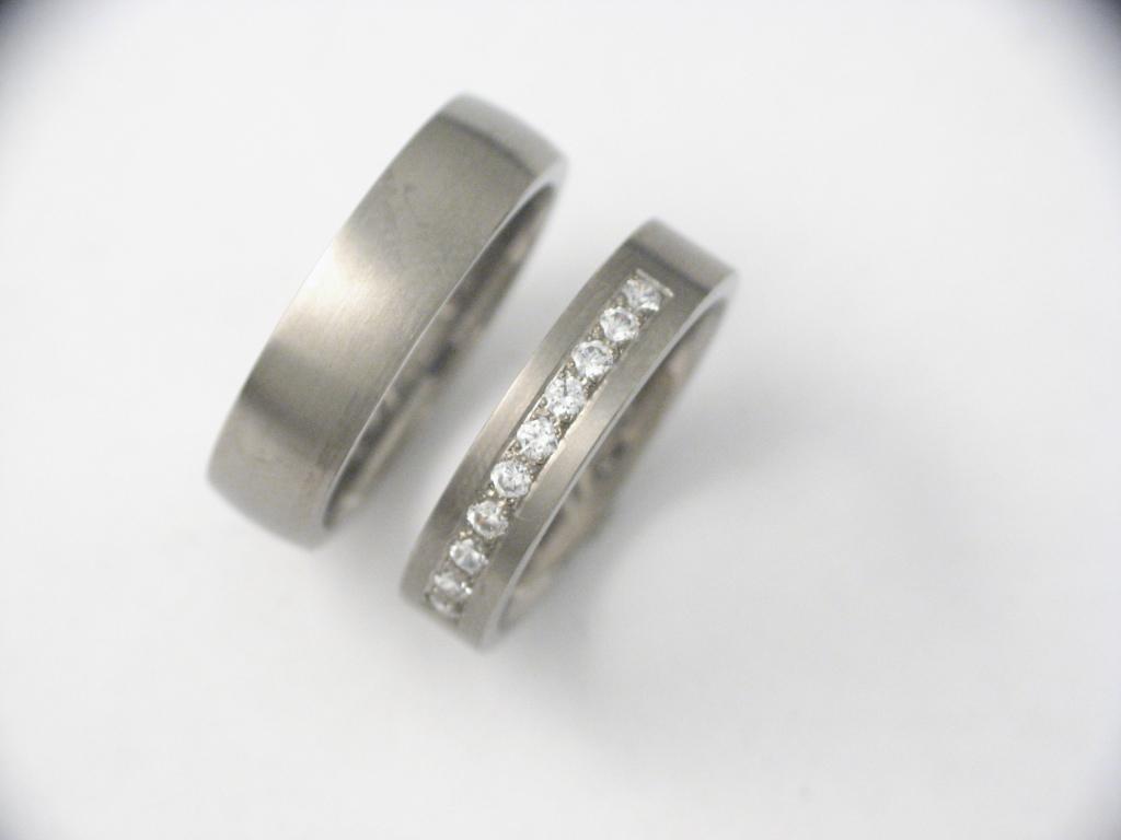 Titán karikagyűrű gyémántokkal 037.