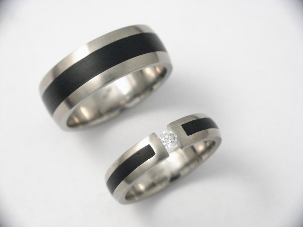 Titán karikagyűrű kerámiával és gyémánttal 048.