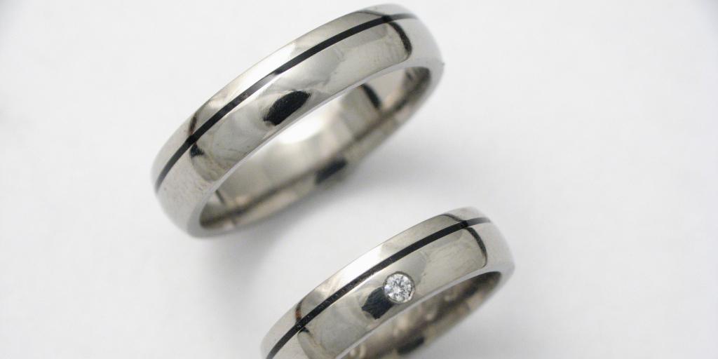 Titán karikagyűrű kerámiával és gyémánttal 049.