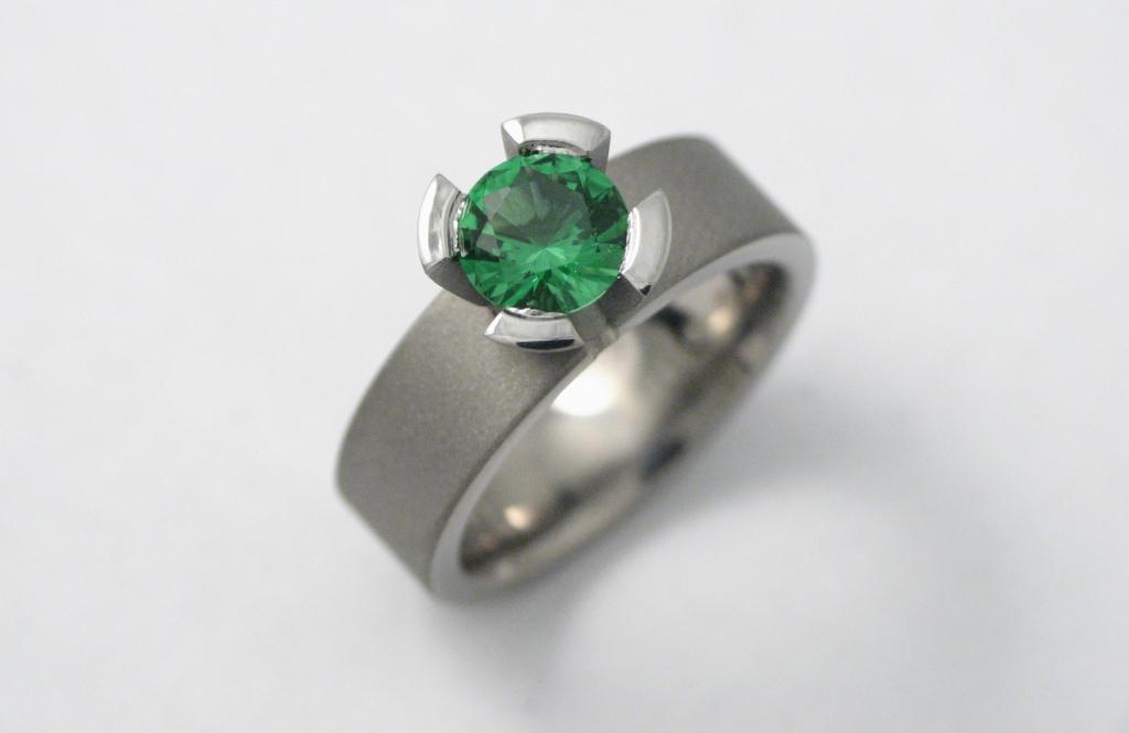 Titán jegygyűrű smaragddal 054.