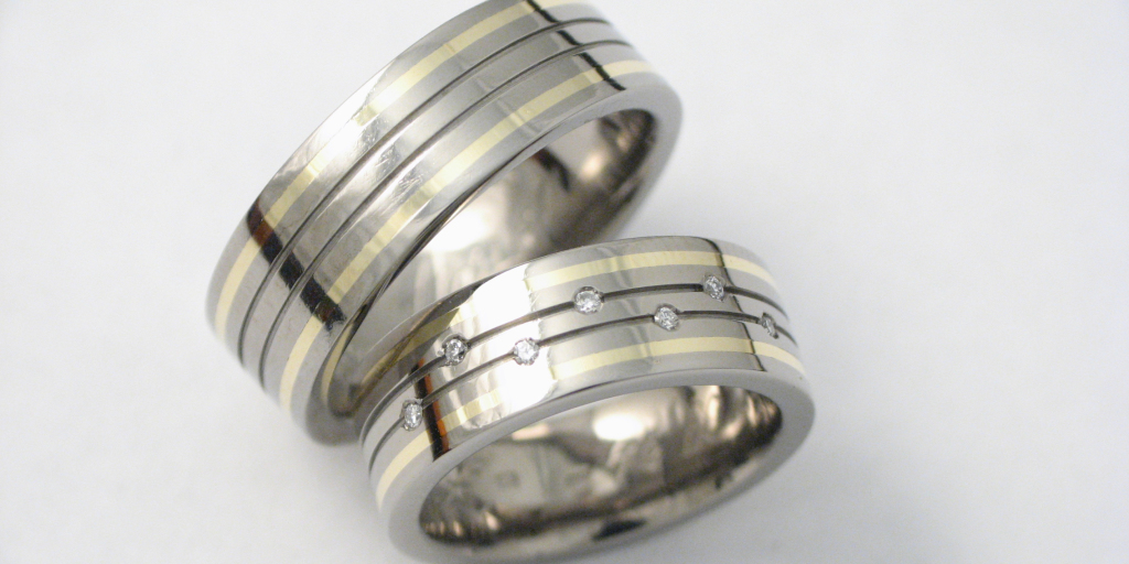 Titán-arany karikagyűrű gyémántokkal 050.