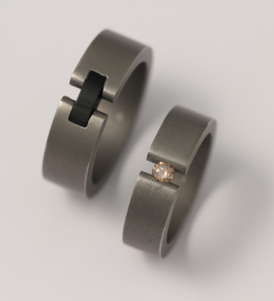 Titán karikagyűrű onix kővel és gyémánttal 057.