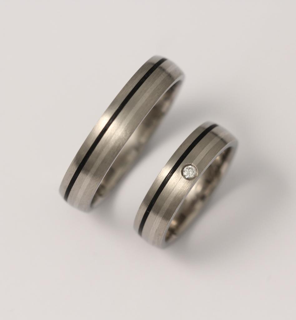 Titán karikagyűrű palládium és kerámia intarziával, gyémánttal 058.