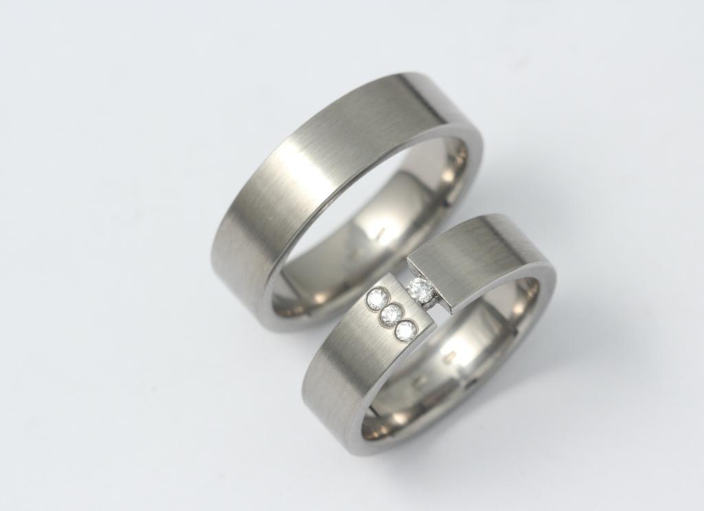Titán karikagyűrű gyémántokkal 060.