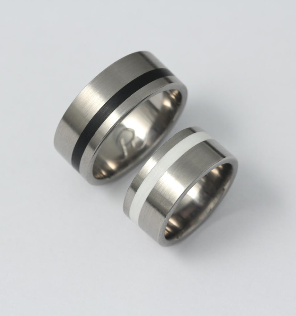 Titán karikagyűrű kerámiával 059.