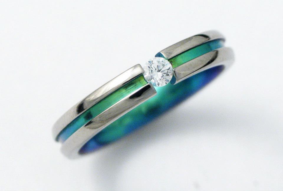 Titán gyűrű színesre oxidálva, gyémánttal 148.