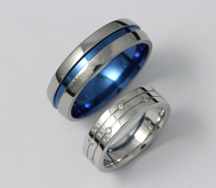 Platina karikagyűrű gyémántokkal és színes titán karikagyűrű 030.