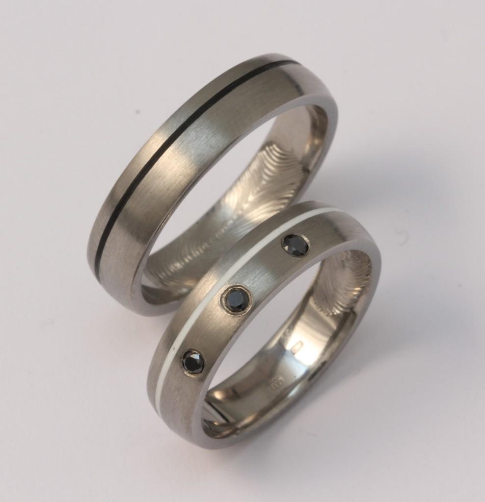Titán karikagyűrű kerámiával és fekete gyémántokkal 158.