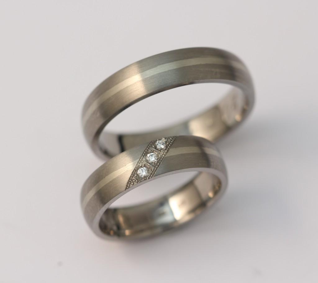 Titán-arany karikagyűrű gyémántokkal 156.