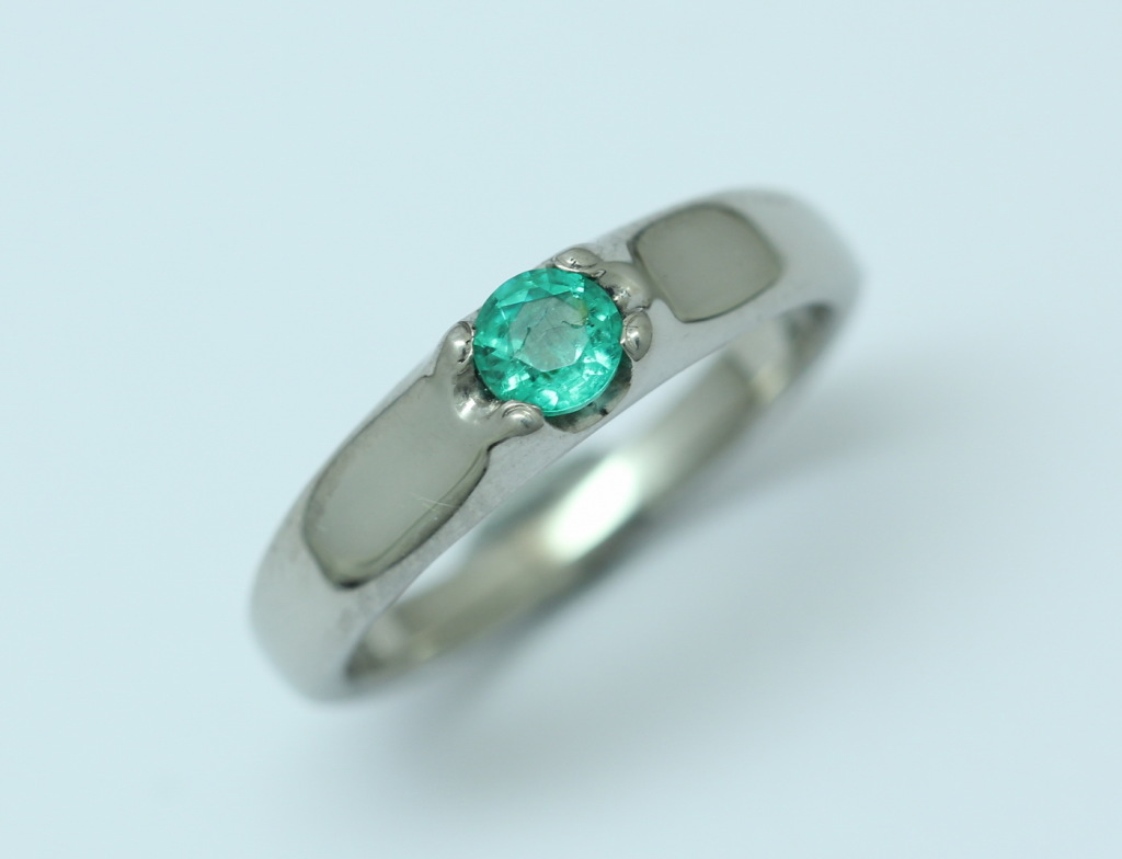 Palládium gyűrű smaragddal 027.