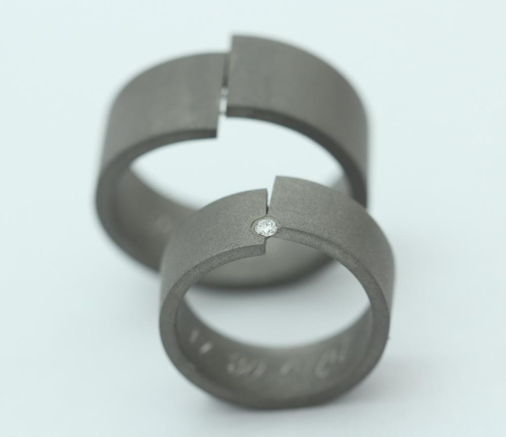 Homokfújt titán karikagyűrű, gyémánttal 167.