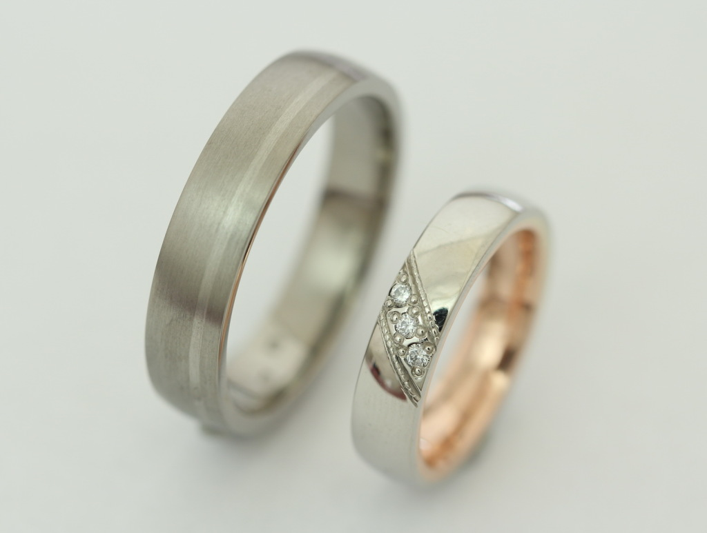 Palládium-titán és palládium-vörösarany karikagyűrű gyémántokkal 030.