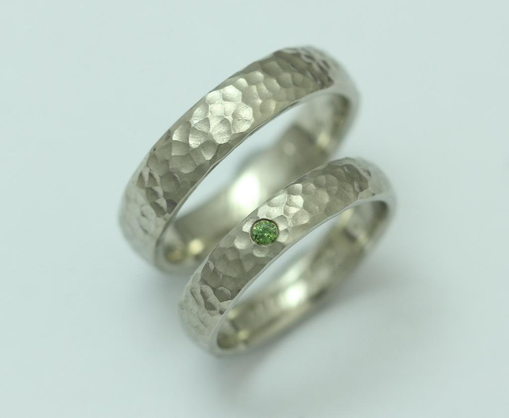 Kalapált palládium karikagyűrű, zöld gyémánttal 031.