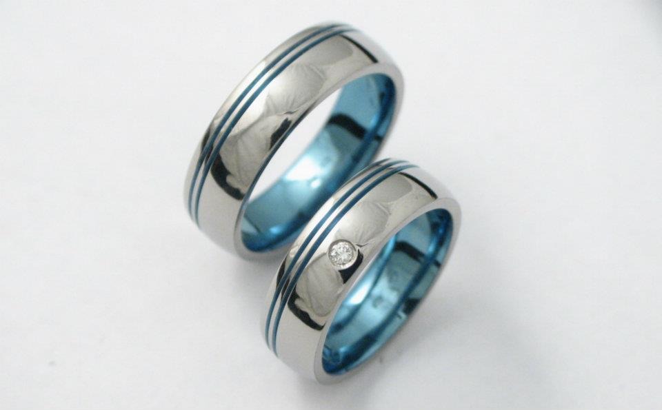 Színes (oxidált) titán karikagyűrű, gyémánttal 151.