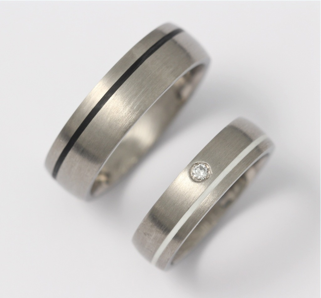 Titán karikagyűrű kerámiával és gyémánttal 126.