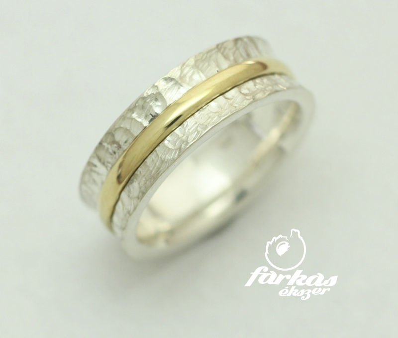 Kalapált ezüst gyűrű, arany csíkkal 021.