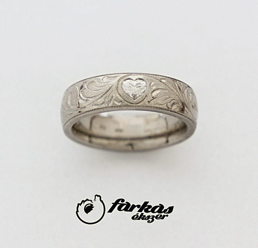 Vésett titán gyűrű, szív alakú gyémánttal 224.