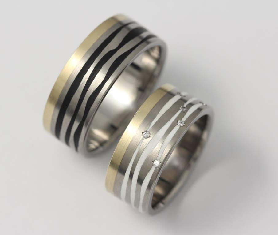 Titán-arany karikagyűrű kerámiával és gyémántokkal 079.