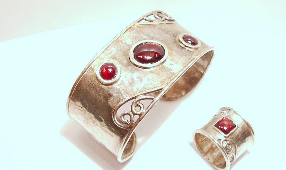 Ezüst karkötő és gyűrű, gránát kövekkel 010.