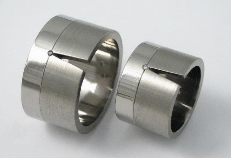 Titán karikagyűrű gyémántokkal 085.