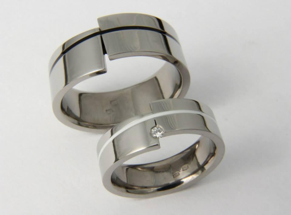 Titán karikagyűrű kerámiával és gyémánttal 089.